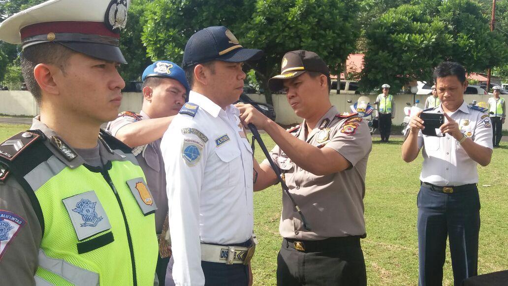 Kapolres AKBP Monang Simanjuntak menyematkan tanda Ops Patuh 2016