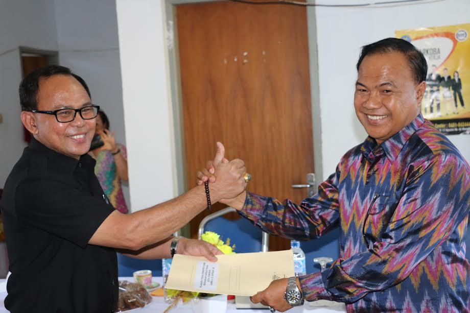 Asisten Ekonomi dan Pembangunan Ronni Lumowa SSos MSi menyerahkan SK Plt Direktur Utama PD pasar kepada James SH Rotikan SE