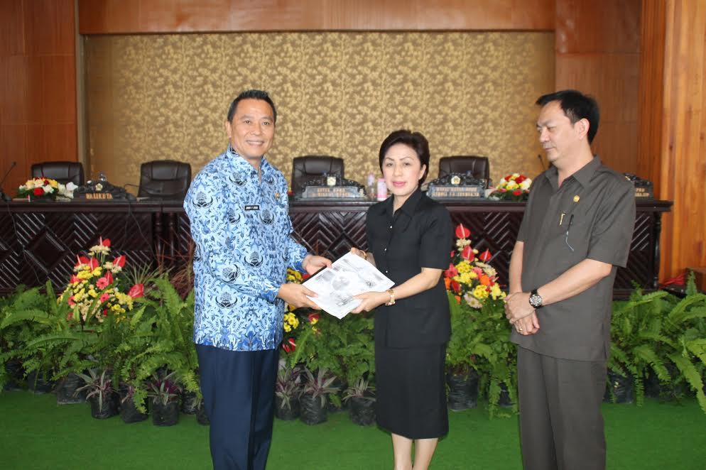 Wali Kota Tomohon menyerahkan 2 Ranperda kepada Ketua DPRD Tomohon