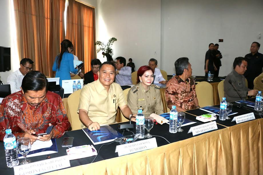 Wali Kota Tomohon Jimmy F Eman SE Ak di RUPS Bank Sulutgo