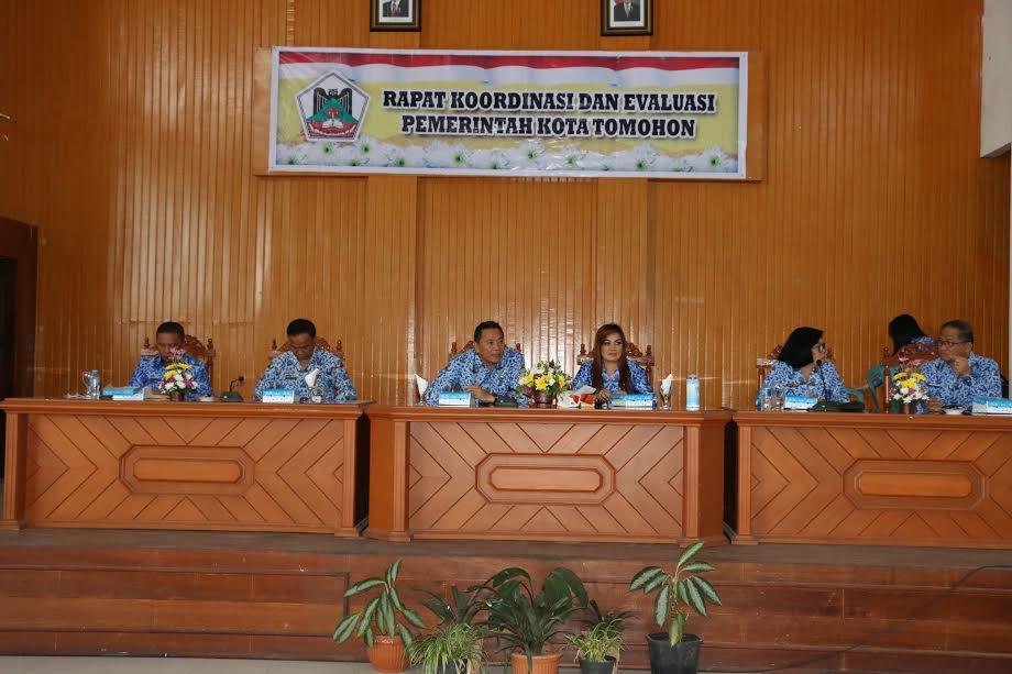 Wali Kota Tomohon didampingi Wakil Wali Kota memimpin Rakorev