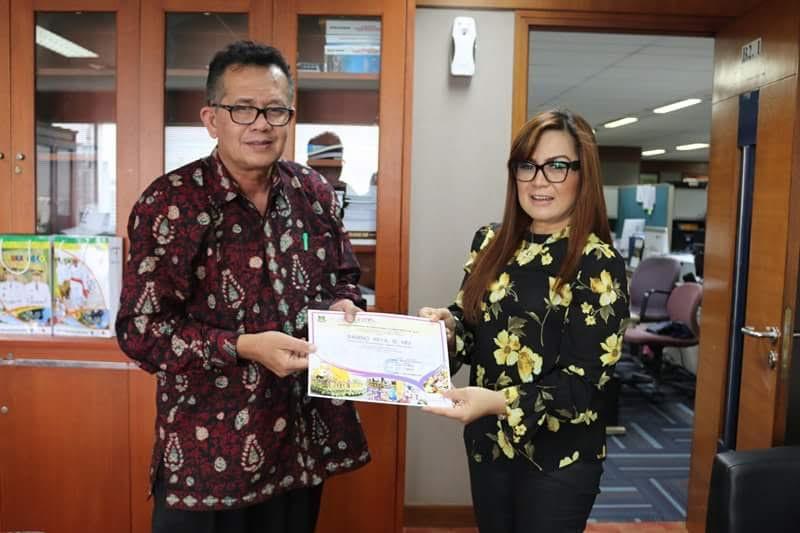Wakil Wali Kota SAS menyerahkan piagam penghargaan kepada Kementerian Pariwisata RI