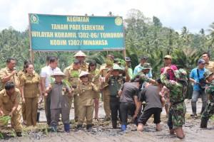 SAS Kukuhkan Kelompok Tani dan Tanam Padi Serentak Bersama TNI-AD