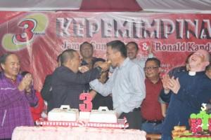 Mesra bupati dan wakil saling menyuap kue
