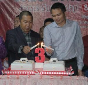Bupati dan wakil memasang lilin 3 tahun kepemimpinan