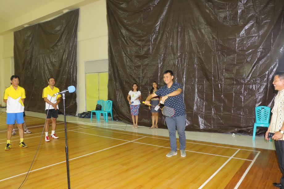 Ketua PBSI Tomohon memukul bola tanda kejuaraan bulutangkis Tomohon 2016 dimulai