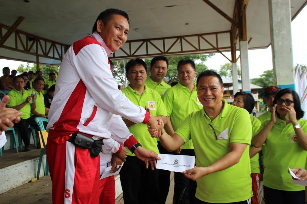 Wali Kota Tomohon serahkan bantuan dana kepada atlit berprestasi