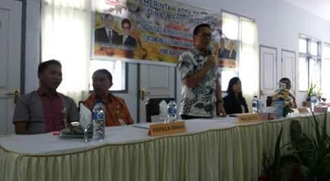 Wali Kota Tomohon menyerahkan bantuan alat mengelas