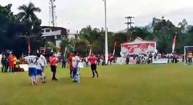 Tim JMT Hebat melakukan aksi protes karena merasa sering dirugikan oleh wasit