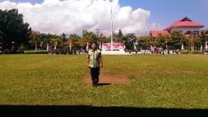 Kepala Biro Pem-Humas bertindak sebagai pemimpin upacara di geladi bersih HUT Provinsi Sulut ke-52