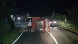 Diduga Kelebihan Muatan, Truk DB 8255 AT Terbalik di Ruas Tomohon-Manado