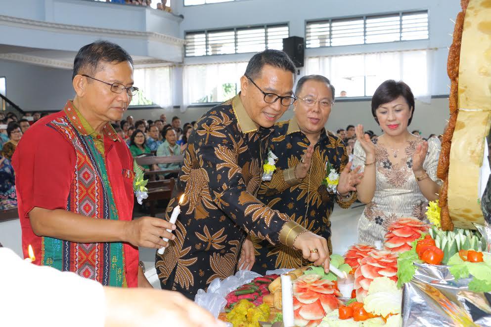 Wali Kota Tomohon dan Kapolda Sulut memasang lilin HUT