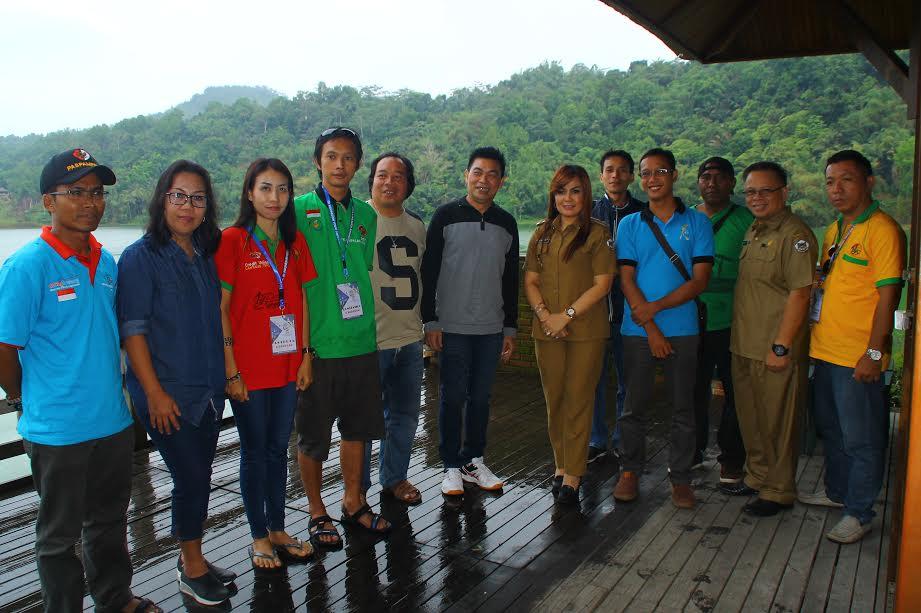 Wakil Wali Kota Tomohion Syerly Adelyn Sompotan dan OMK peserta IYD dari Kalimantan Barat