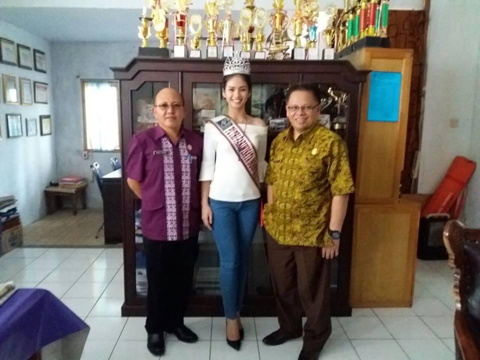 Putri Pariwisata 2016 bersama Kadis Dikda dan Kepsek SMA Kristen 2 Binsus Tomohon