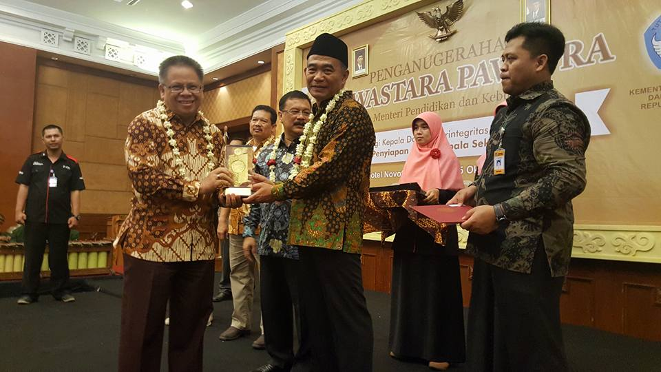 Kadis Dikda Drs Gerardus Mogi mewakili wali kota menerima penghargaan