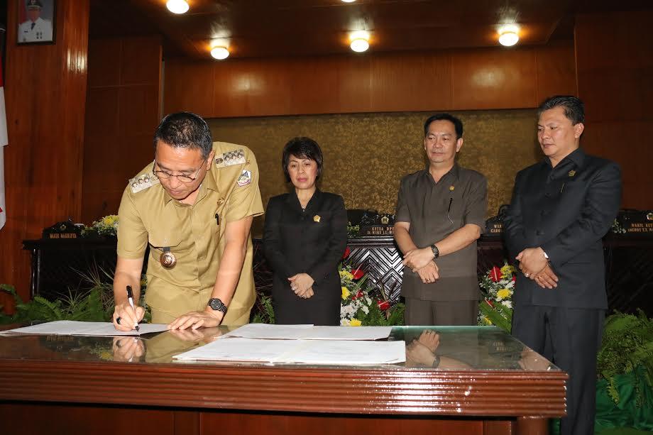 Wali Kota Tomohon menandatangani Perda Festival Bunga Internasional Tomohon
