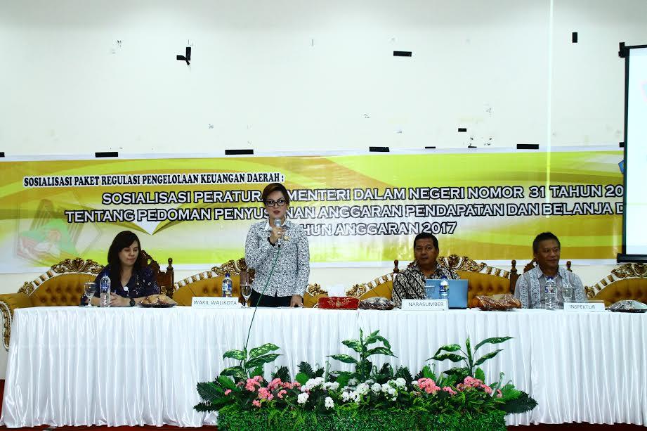 Wakil Wali Kota Syerly Adelyn Sompotan membawakan materi di Sosialisasi Ranperda Perwako Standar Honorarium Jasa dan Biaya
