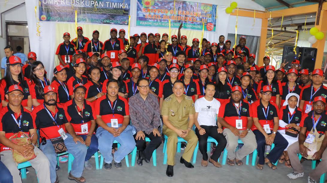Wali Kota Tomohon dengan OMK Timika peserta IYD