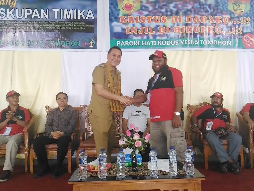 Wali Kota Tomohon dengan pimpinan OMK Timika yang ikut IYD