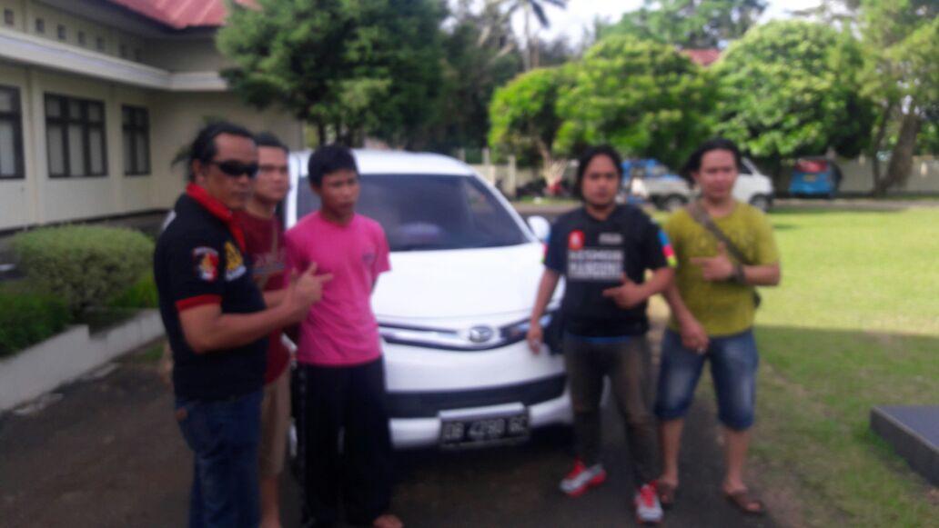 Terlapor (kas warna pink), barang bukti kendaraan telah dicat putih dan anggota Polres Tomohon