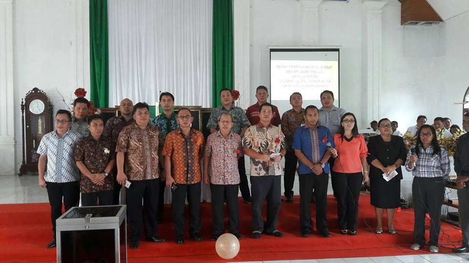 Wagub Drs Steven Kandouw, bersama jajaran Pemprov Sulut memberikan pujian di HUT ke-64 GMIM Batu Karang, Bualo, Manado Tua.