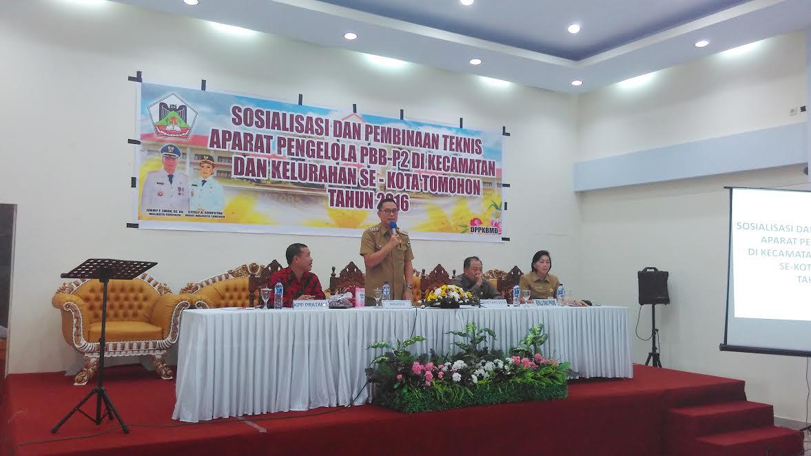 Wali Kota Tomohon memberikan sambutan pada Sosialisasi dan Pembinaan Aparat Pengelola (PBB-P2)