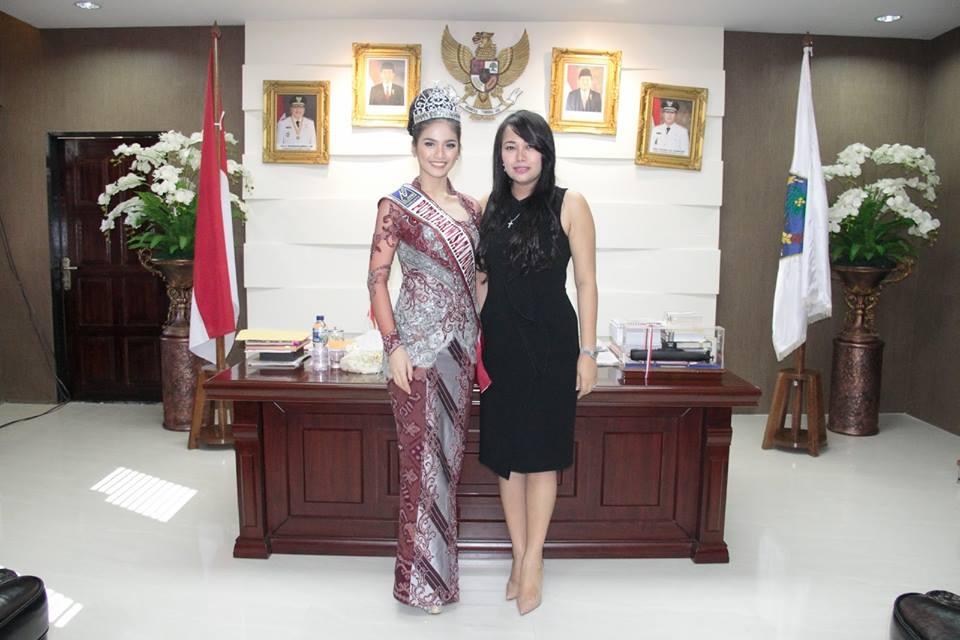 Putri Pariwisata Indonesia tahun 2016 Lois Merry Tangel, foto bersama Wakil Ketua PKK Sulut dr. Kartika Devi Kandouw Tanos.