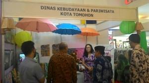 Kabid Pemasaran Wisata Disbudpar Tomohon Wulan Roeroe SE MSi menjelaskan kondisi Tomohon kepada pengunjung stand