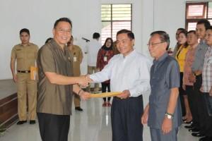 Wali Kota Tomohon  menyerahkan SK kepada Ketua Forum Kota Sehat Drs Johan Sambuaga