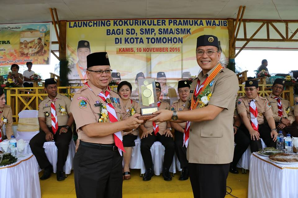 Wali Kota Tomohon menerima penghargaan Menteri Pendidikan dan Kebudayaan Prof Dr Muhadjir Effendy MAP yakni penghargaan sebagai kepala daerah berintegritas dalam peran serta dan kinerjanya pada program penyiapan calon kepala sekolah