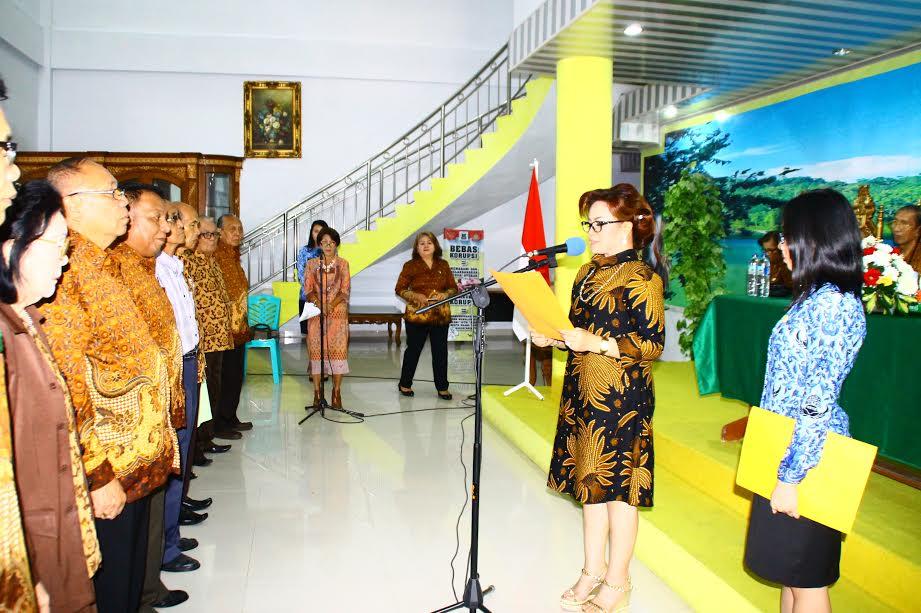 Wakil Wali Kota Tomohon Syerly Adelyn Sompotan (SAS) meantik pengurus PWRI Tomohon