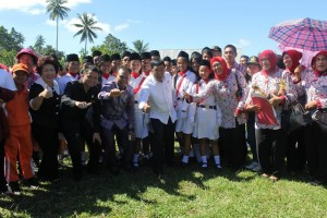 Bupati, wabup, ketua DPRD foto bersama siswa dan guru-guru usai upacara hardiknas
