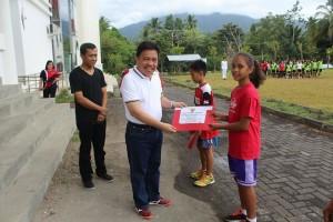 Sekda mitra di dampingi asisten III serahkan piagam penghargaan bupati kepada siswa dalam bidang olaraga