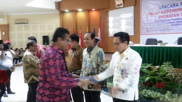Kadis Hubkominfo Kota Tomohon Steven Waworuntu SSTP menerima penghargaan