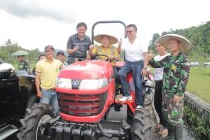 Pemberian bantuan alat pertanian untuk petani