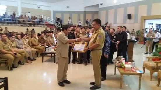 Bupati Mitra menerima DIPA dari Gubernur Sulut