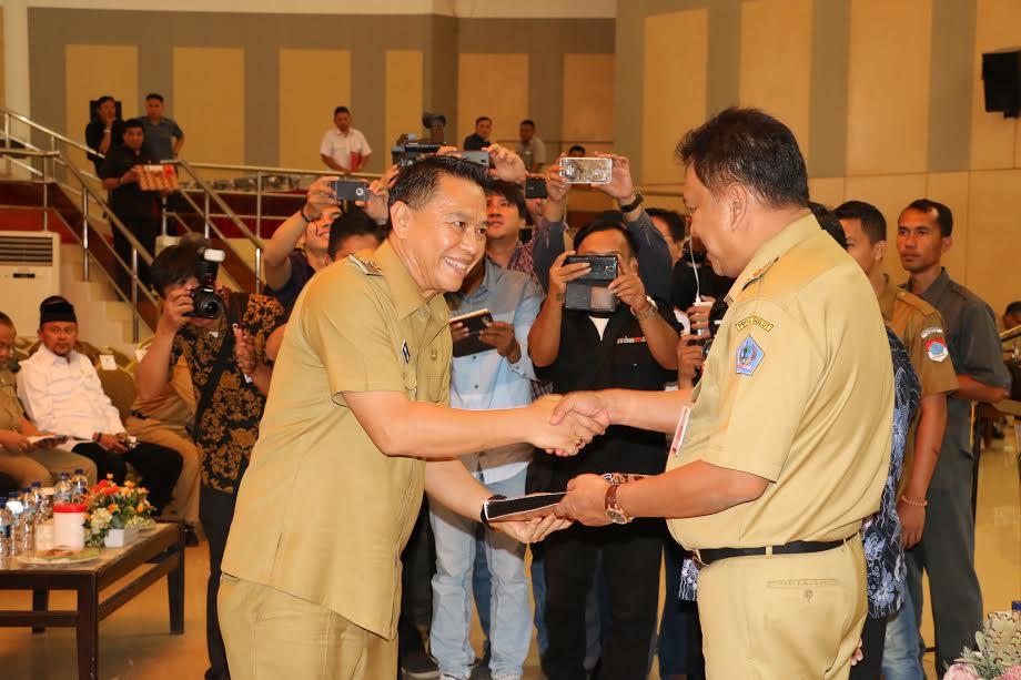 Wali Kota Tomohon saat menerima DIPA dari Gubernur Sulut Olly Dondokambey