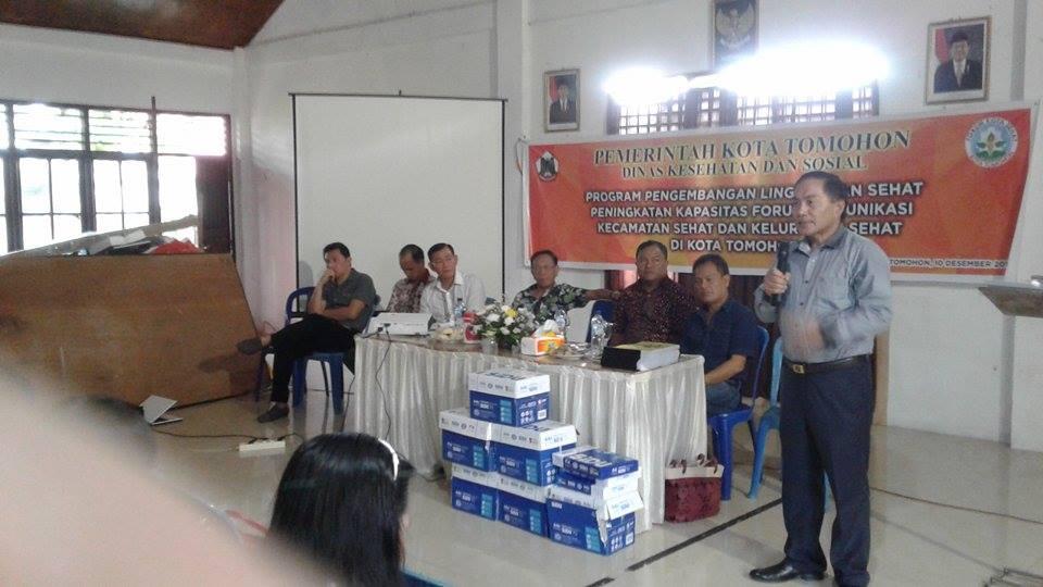 Ketua Forum Drs Johan Sambuaga memberikan materi