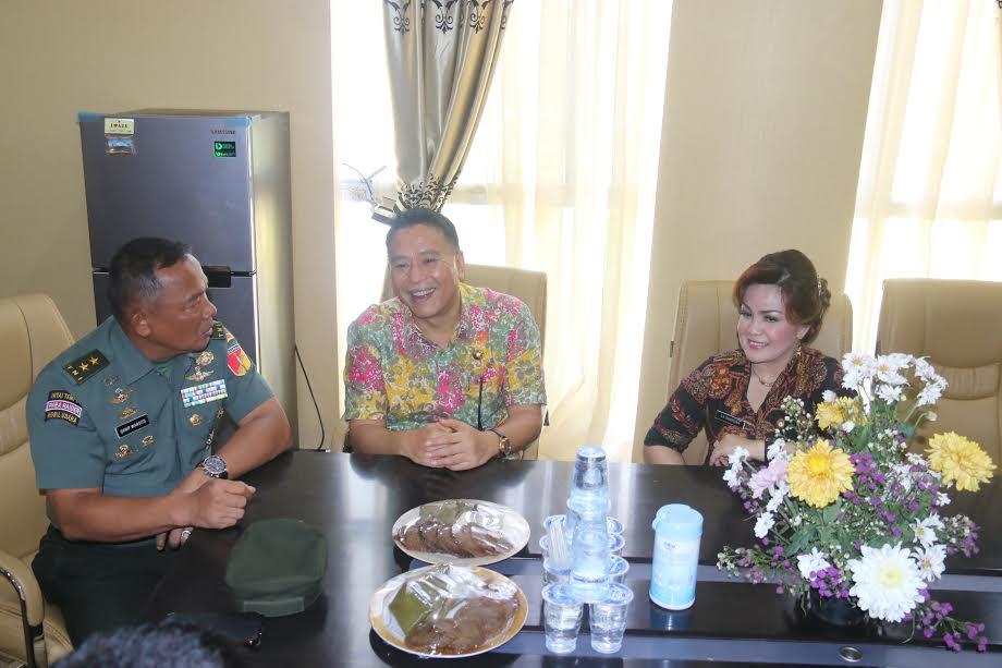 Pangdam XIII/Merdeka berbincang-bincang dengan Wali Kota dan Wakil Wali Kota Tomohon