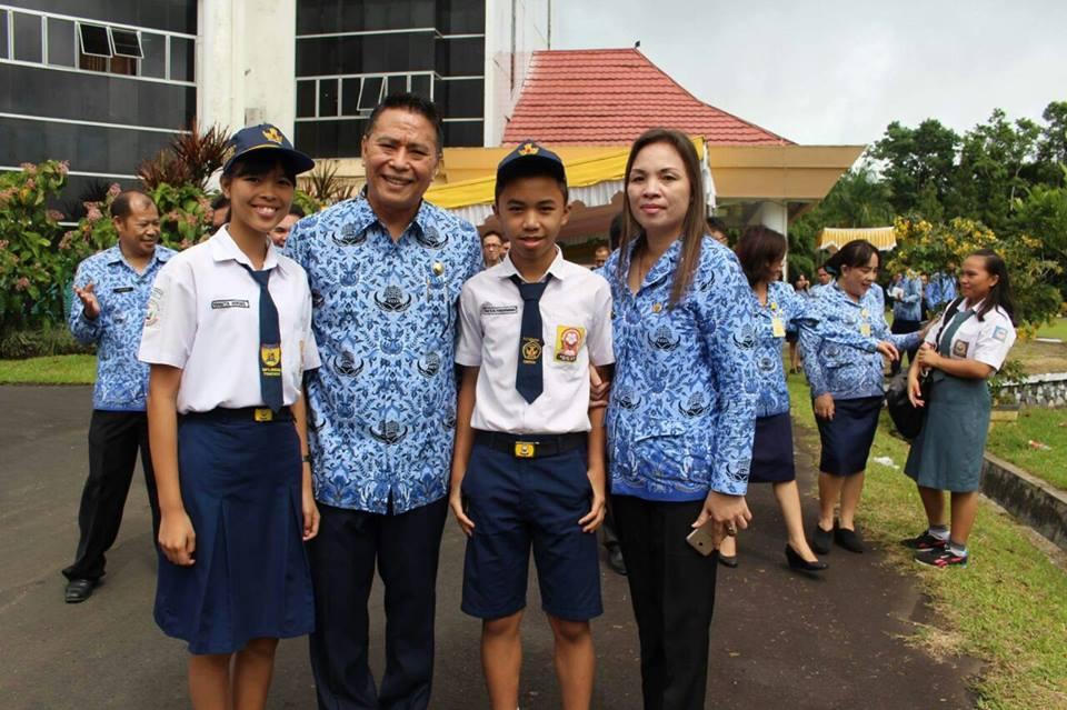 Wali Kota Jimmy F Eman SE Ak, Kepsek Gonzaga Jaclin Tirukan MPd dan dua siswa penerima bea siswa Tomohon Cerdas