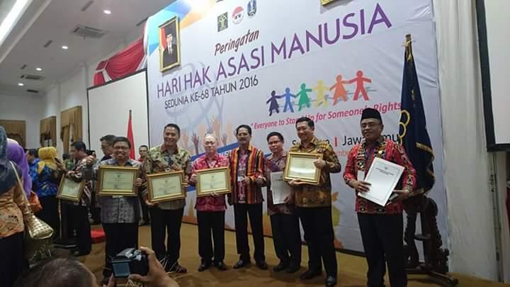 Wali Kota vTomohon bersama pemerintah daerah lainnya penerima penghargaan peduli HAM
