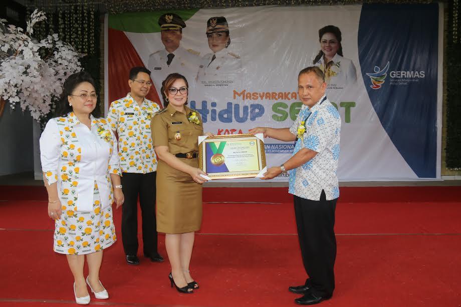 Wakil Wali Kota menerima  penghargaan dari BPJS