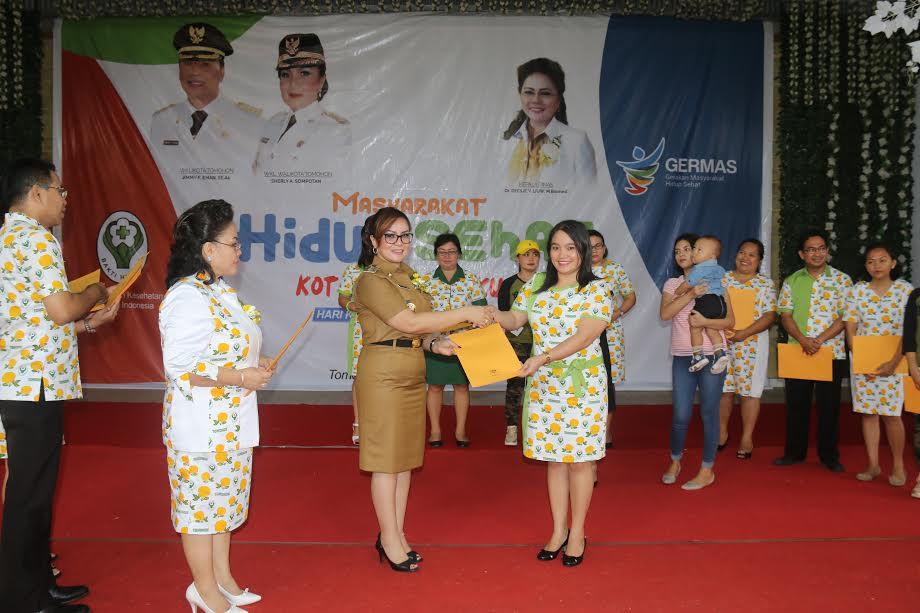 Wakil Wali Kota menyerahkan penghargaan pengelola Puskesmas terbaik