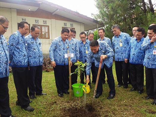 Bentuk kepedulian Wali Kota Tomohon dan jajaran dalam menanam pohon