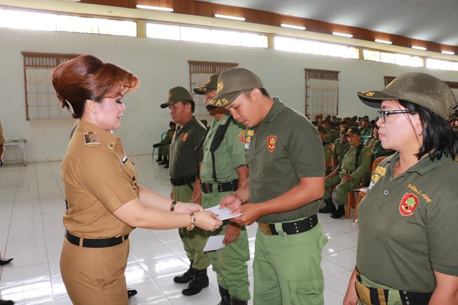 Wawali SAS menyerahkan insentif Desember secara simbolis kepada anggota Satuan Linmas