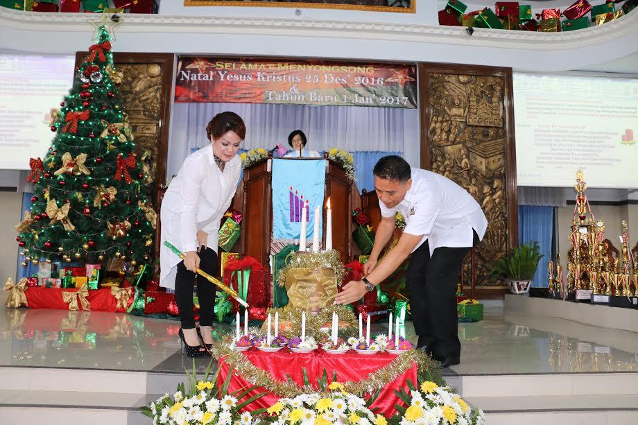 Wali kota dan wakil wali kota memasang lilin di Ibadah menyambut Natal Pemkot Tomohon