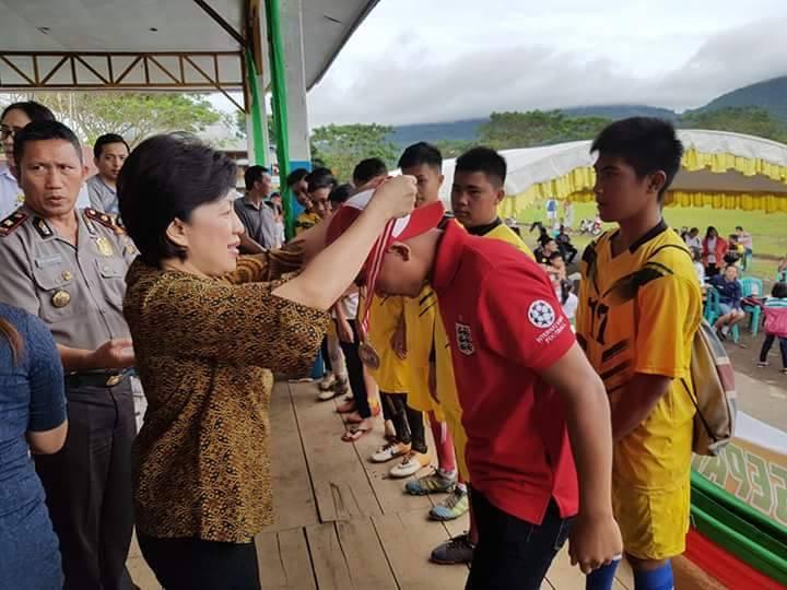 Ketua KONI Tomohon Ir Miky JL Wenur menyerahkan medali kepada pemenang lomba cabang olahraga