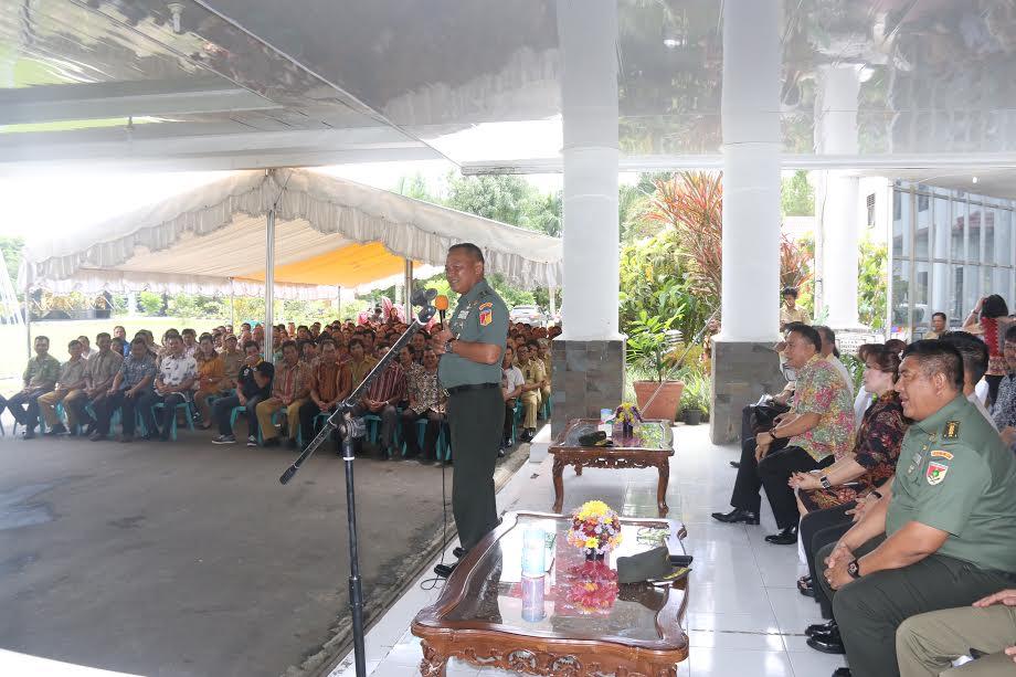 Pangdam XIII/Merdeka Mayjen Ganip Warsito saat berdialog dengan aparat kelurahan dan Linmas