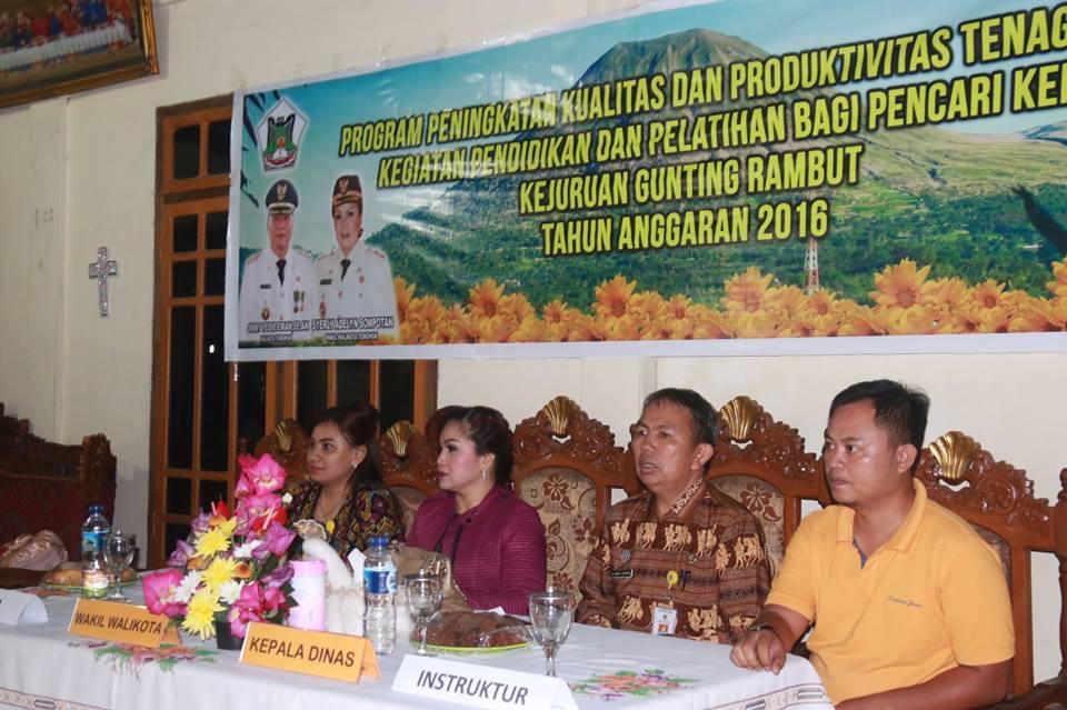 Wakil Wali Kota, Kadisnaker dan Instruktur Pelatihan Gunting Rambut