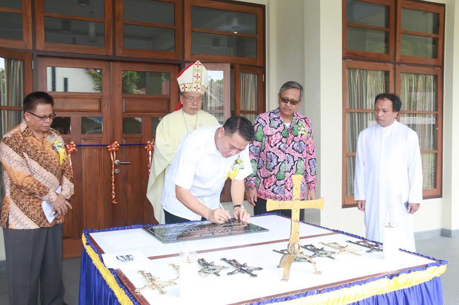 Wali Kota vTomohon menandatangani prasasti gedung baru Seminari Kakaskasen